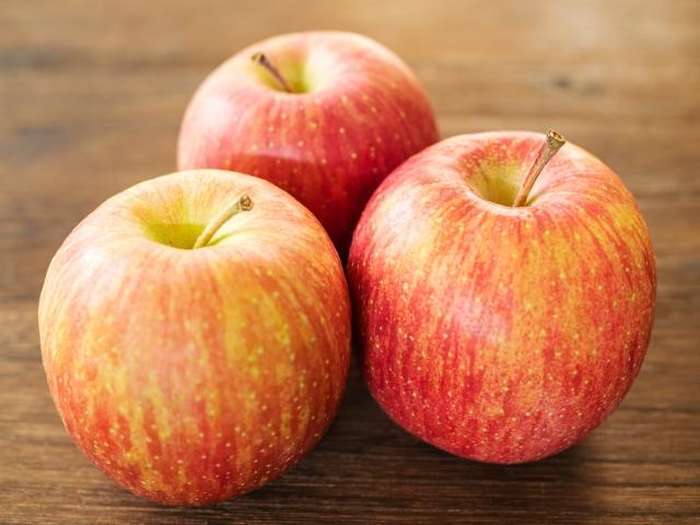 3個のサンふじりんご